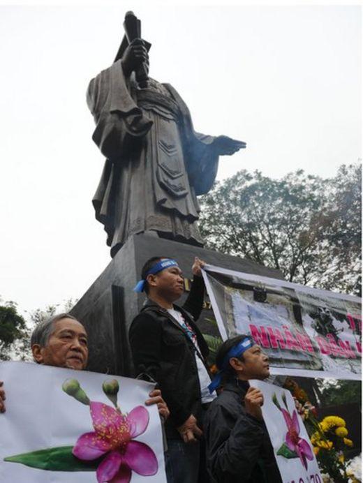 Những năm gần đây đã diễn ra nhiều cuộc tuần hành của người dân tại các thành phố lớn của Việt Nam để tưởng niệm những người đã hy sinh trong cuộc chiến biên giới với Trung Quốc. Ảnh chụp ngày 17/2/2016 những người biểu tình chống Trung Quốc tại chân tượng Lý Công Uẩn ở Hà Nội mang theo biểu ngữ đánh dấu ngày này.