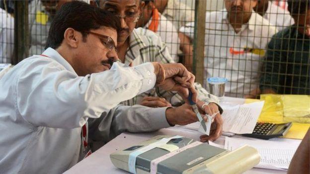 LIVE: குஜராத் தேர்தல் முடிவுகள் - துவங்கியது வாக்கு எண்ணிக்கை