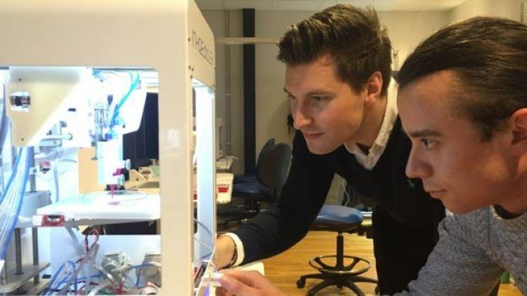 Erik Gatenholm (à esq.) e um funcionário da Cellink