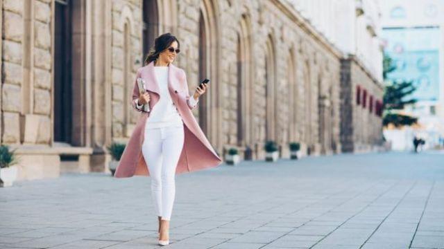 Mujer paseando en un calle