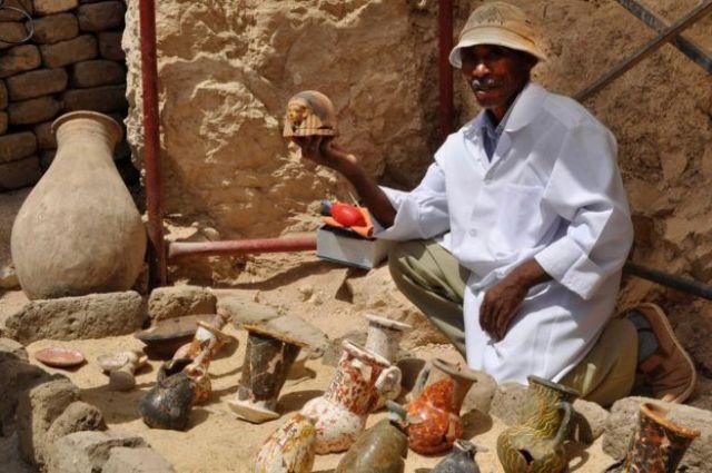Un hombre sostiene orfebrería de la tumba