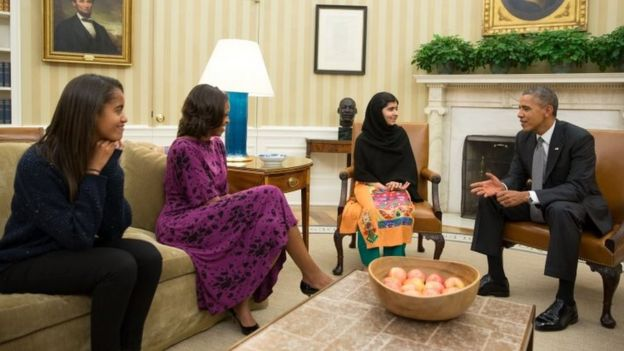 US President Barack Obama (right), first lady Michelle Obama (second-left), and their daughter Malia Obama (left) meet with Malala Yousafzai in the Oval Office (11 October 2013)