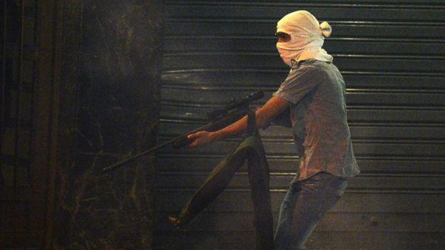 Jovem armado em Caracas