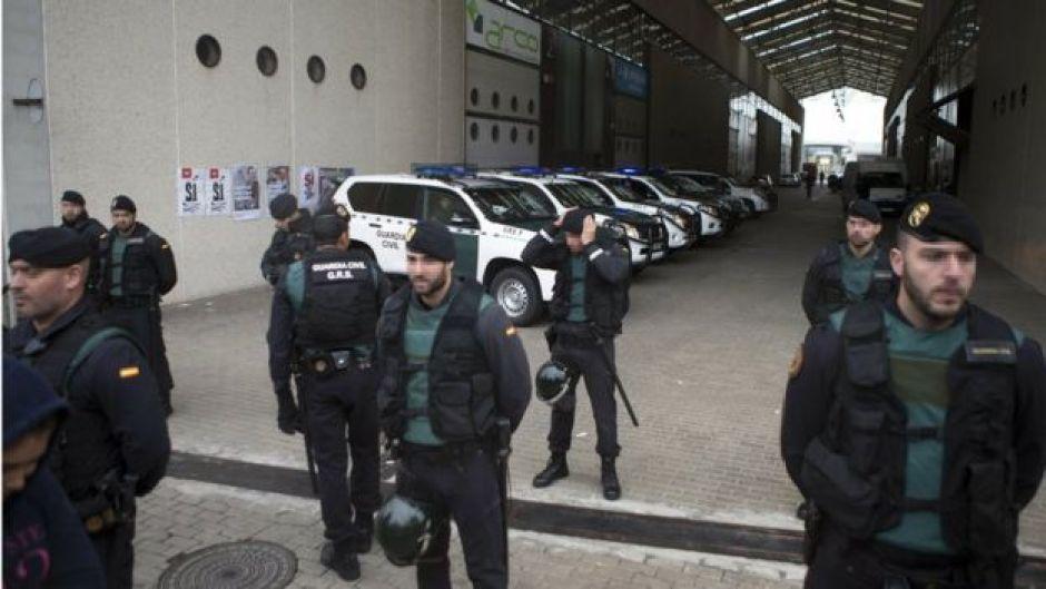 Un grupo de guardias civiles durante el registro de una de las imprentas donde se buscaban las papeletas para la celebración del referendo prohibido.