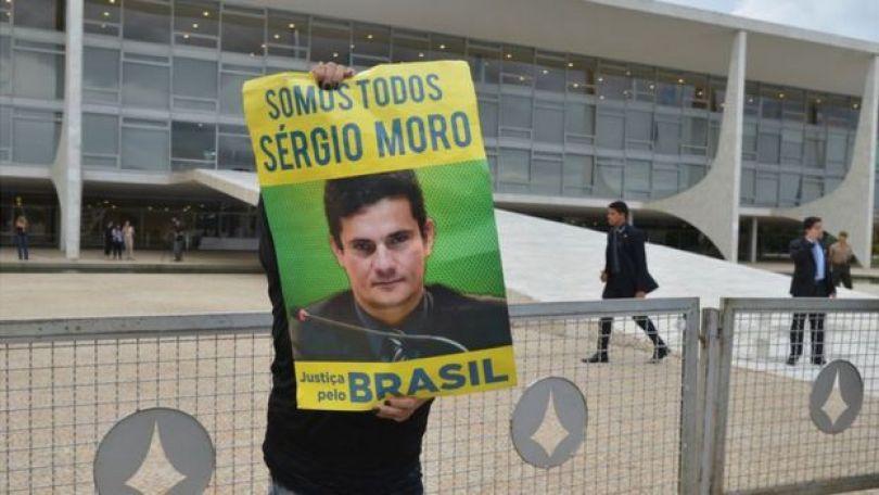 Manifestante com cartaz de Sergio Moro