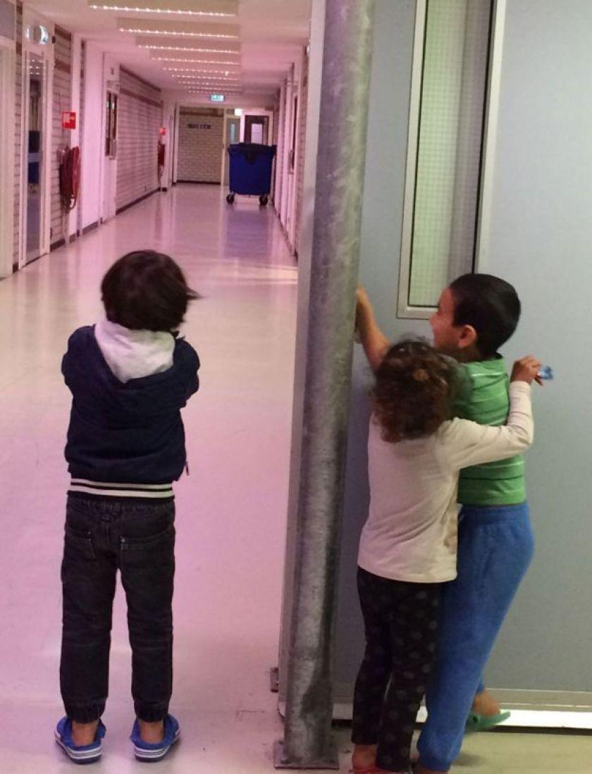 Crianças em centro de triagem para refugiados