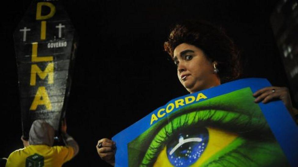 Manifestante defende afastamento definitivo de Dilma Rousseff fora do Congresso