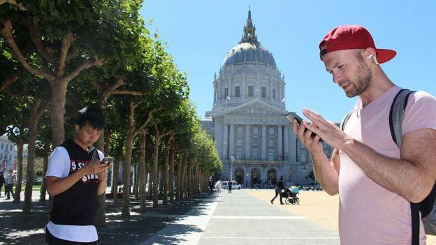 Jugadores jugando Pokémon Go frente al ayuntamiento de San Francisco