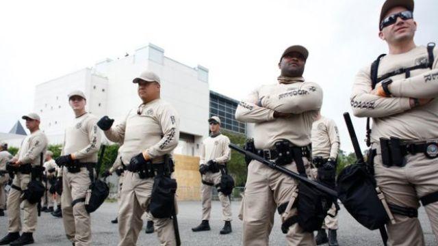policías custodiando la entrada al anfiteatro