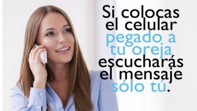 Una mujer se acerca el celular a la oreja.