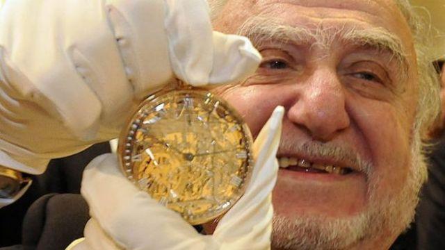 Nicolas Hayek con la réplica del famoso reloj.