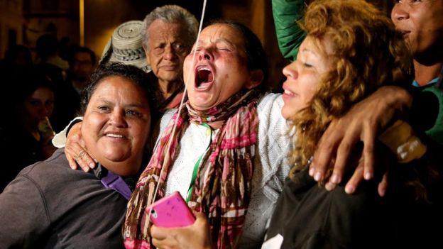 Un grupo de personas celebran el anuncio de la firma del acuerdo.