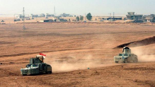 Dos vehículos blindados trasladan tropas en torno la localidad de Topzawa, cerca de Bashiqa.
