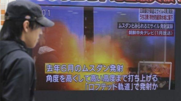 Una persona pasa por delante de una pantalla de televisión que informa sobre el lanzamiento de misiles de Corea del Norte en Tokio, Japón.