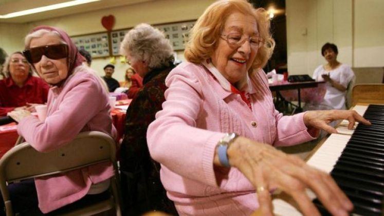 سيدة مسنة تعزف الموسيقى