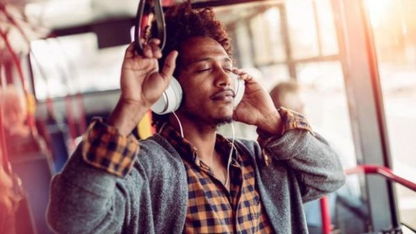 شاب يستمع للموسيقى في حافلة