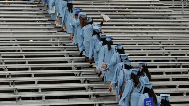 universitários com beca de formatura