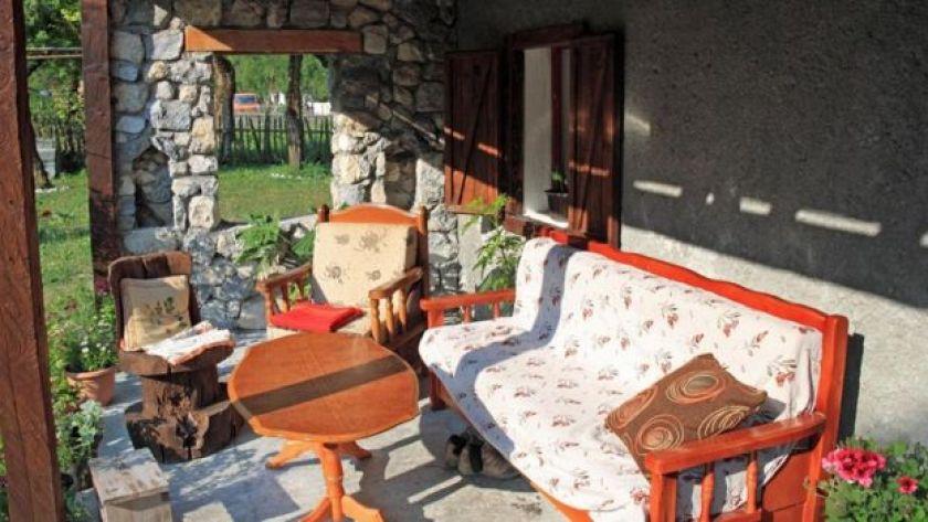 Arnavutluk'ta bir evin verandası