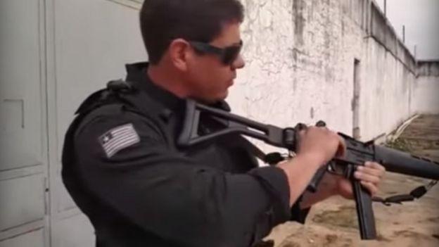 Policial manuseia submetralhadora SMT 40 da Taurus