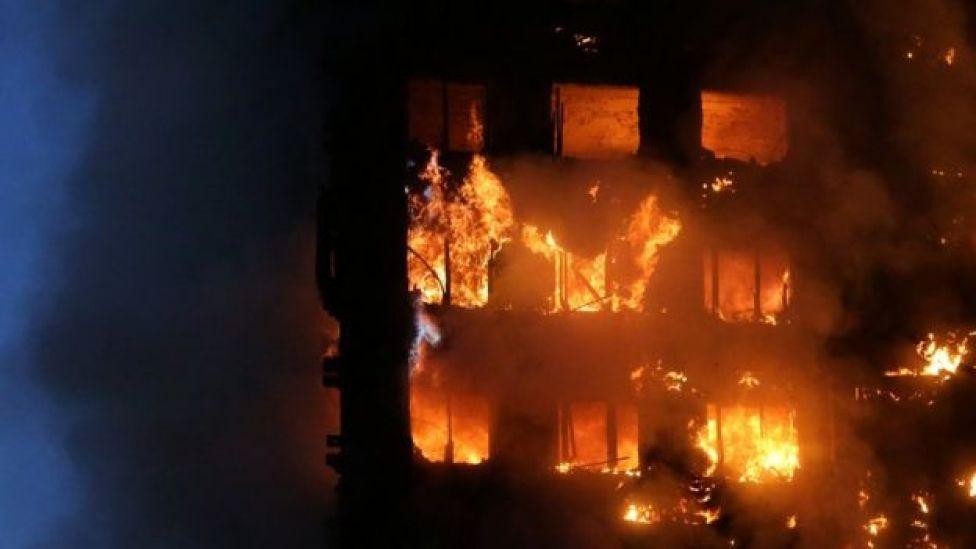 El edificio incendiándose