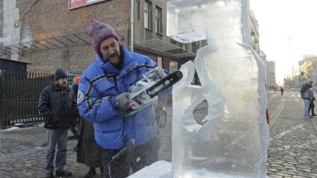 رجل ينحت على الثلج في بولندا