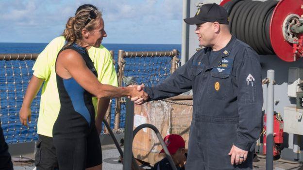 Jennifer Appel é recebida à bordo no USS Ashland pelo comandante chefe Gary Wise