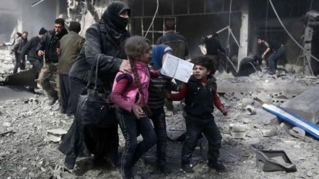 Crianças em área atacada na Síria