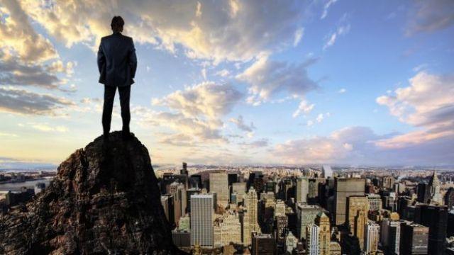 Hombre mirando a la ciudad.