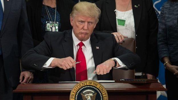 Trump assinando o documento que determina a construção do muro