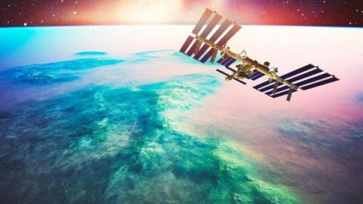 قمر صناعي يدور في مساره في الفضاء
