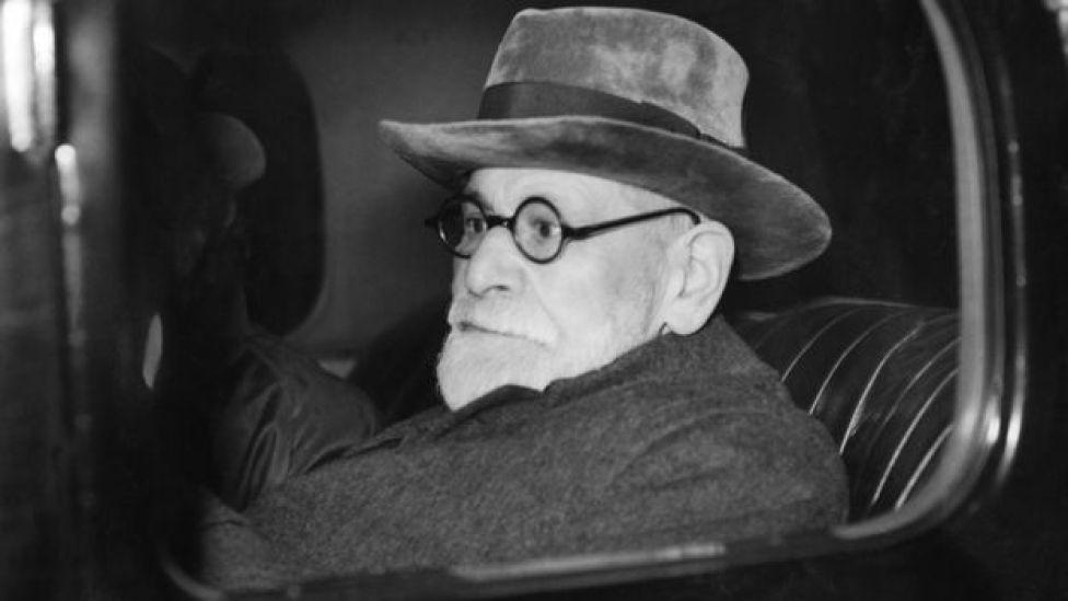 Sigmund Freud saliendo de la estación de Victoria, en Londres