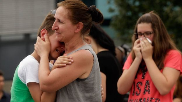 People mourn near the site of Friday's shooting in Munich (23/07/2016)