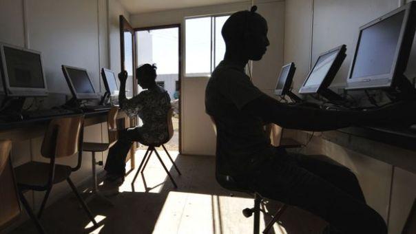 Gente en un cibercafé