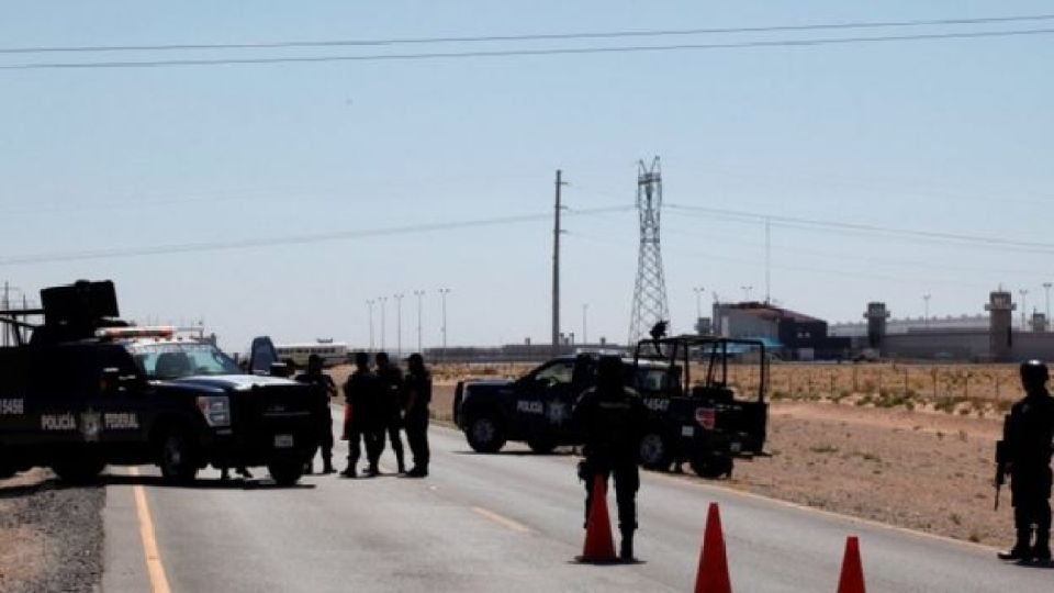 Federal police officers stand guard near a prison in Ciudad Juarez where Mexican drug boss Joaquin