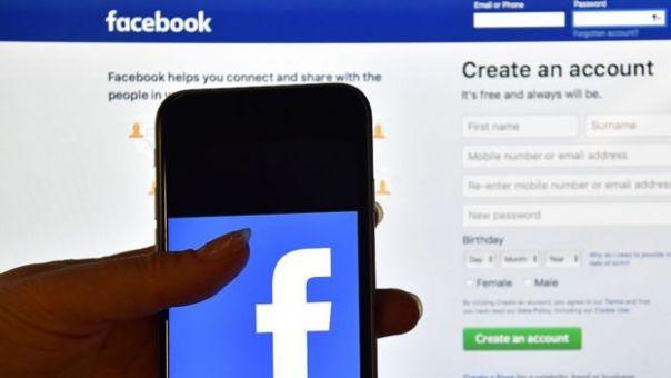 El sitio web de Facebook y la app en un teléfono