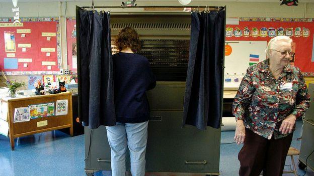Una mujer vota en Pensilvania
