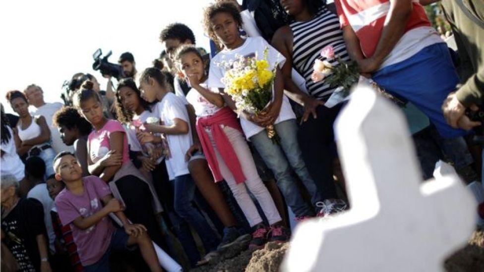 Crianaças durante funeral de Vanessa dos Santos, 10, vítima de bala perdida