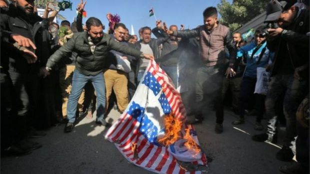 Manifestantes en Bagdad queman banderas estadounidenses e israelíes (12/08/17)