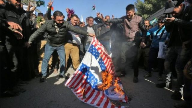 Protesters in Baghdad burn US and Israeli flags (08/12/17)