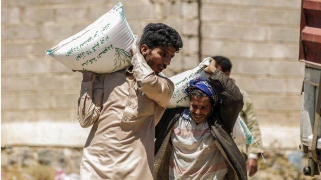 يمنيون يحملون مساعدات