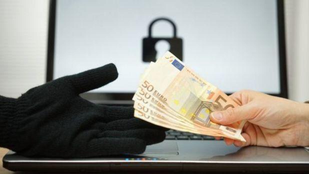 Una persona pagando un rescate por los datos de su computadora