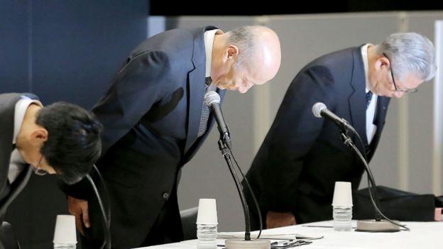 Tadashi Ishii y otros dos ejecutivos de Dentsu se agachan en un gesto de perdón