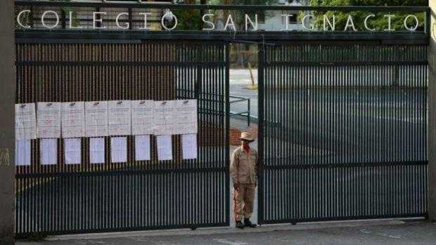 Entrada de un centro de votación en Caracas.