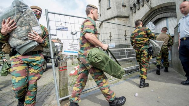 Soldiers enter Sint-Gillis/Saint-Gilles in Brussels on 9 May