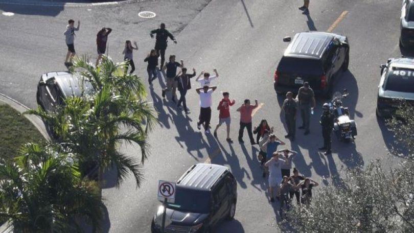 Pessoas saem da escola Marjory Stoneman Douglas High School depois do tiroteio