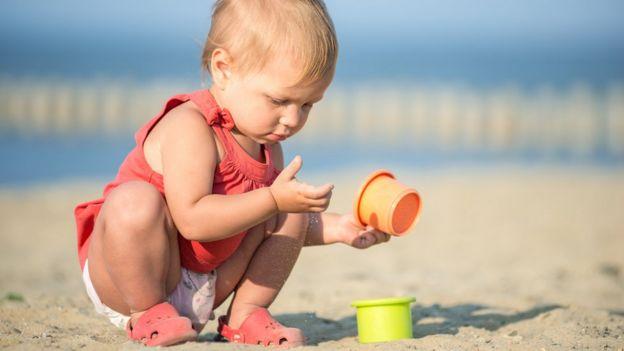 Niño jugando en la arena
