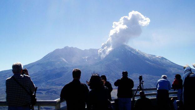 Monte Santa Helena despidiendo cenizas y humo en 2004