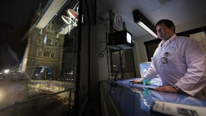 أحد عمال الخدمات الصحية يعمل خلال الليل