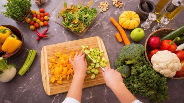 Uma forma de manter nutrientes é picar alimentos logo antes de cozinhar