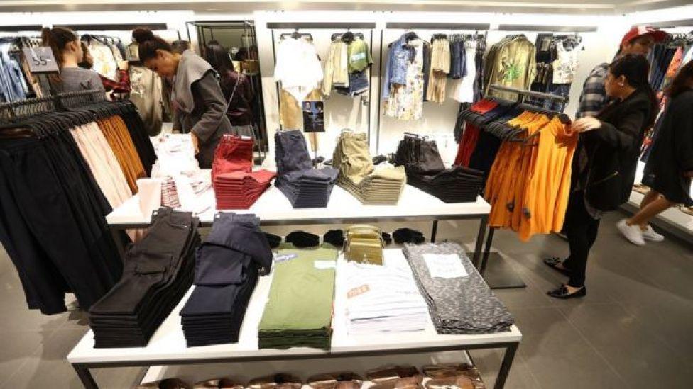 Clientes en una tienda de Zara